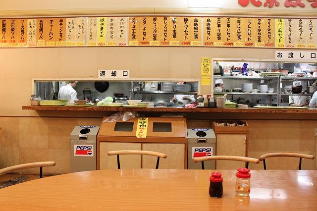 仙台、「北京餃子」カウンター席から厨房をのぞむ