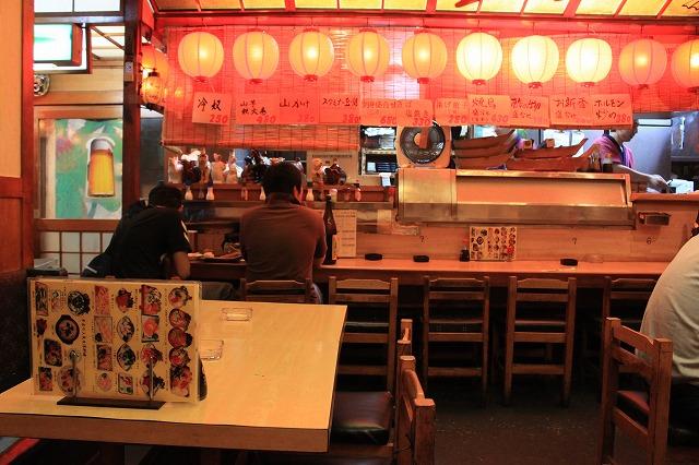 【超越したお店】高円寺、「あかちょうちん」の赤い店内