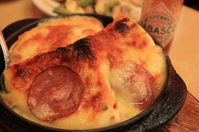 【超越したお店】高円寺、「あかちょうちん」のピザパイ