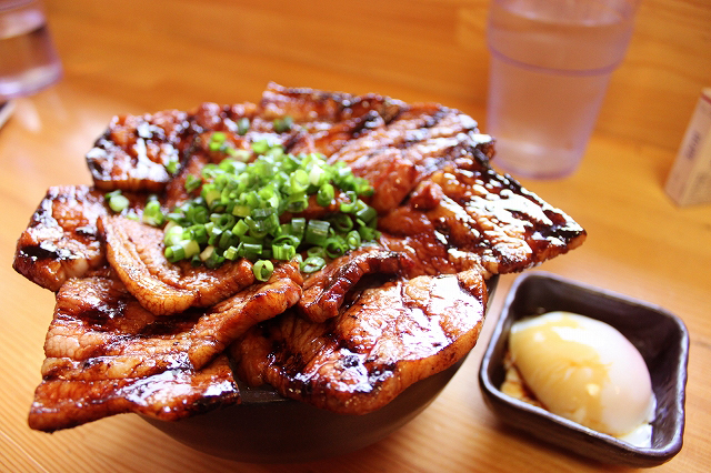 御茶ノ水、「炭焼豚丼 豚野郎」の豚野郎丼
