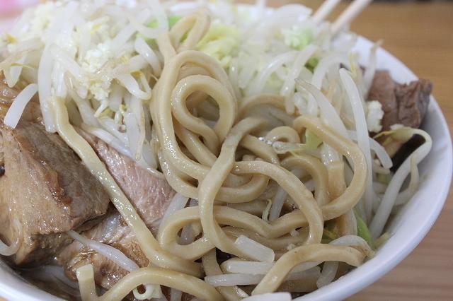 仙台市、「たいやき本舗藤家」のラーメン大豚野菜ニンニクマシマシの麺アップ