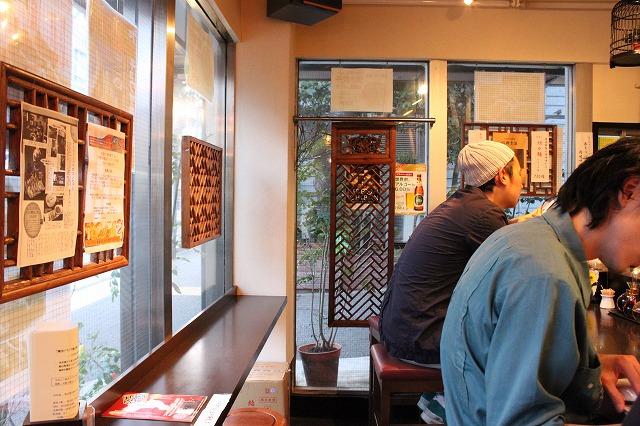 高円寺、「餃子バル」のカウンターメイン