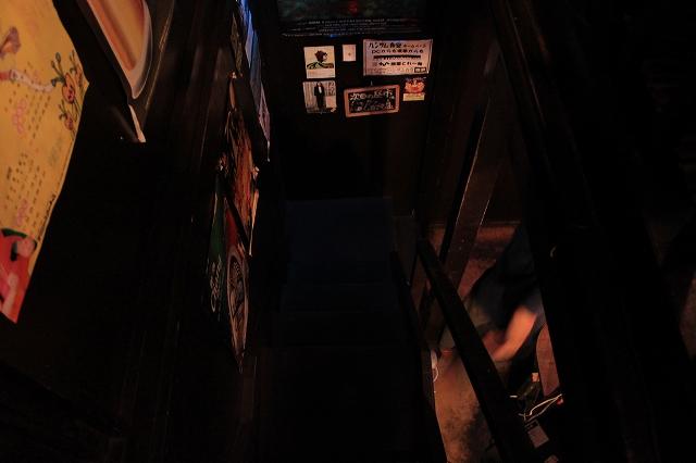 西荻窪、「ハンサム食堂」の木の階段
