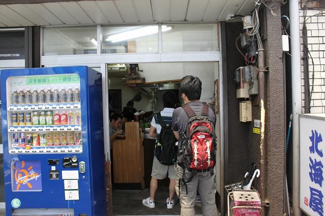 横浜市、「ラーメン二郎横浜関内店」の店先