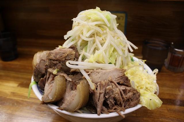 小金井市、「ラーメン二郎 新小金井街道店」の小豚入りラーメン野菜ニンニクマシマシショウガ