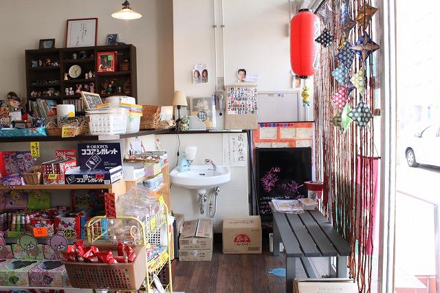 仙台市、「メトロポオル」の駄菓子とおでんと美人女将の店内