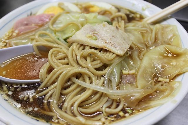 【ラー飲み】通いたがる理由がそこにはある、中華そば みたかの五目ワンタンメンの麺