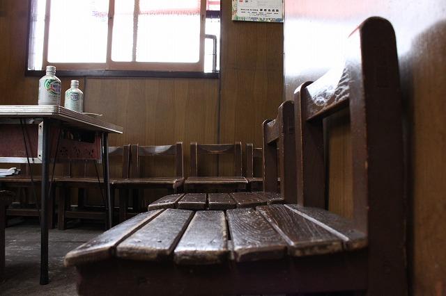 西新井大師、「もんじゃサクライ」の素敵な椅子
