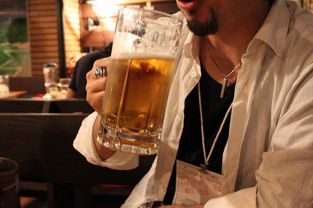 中野、「清貧」の特大ビール