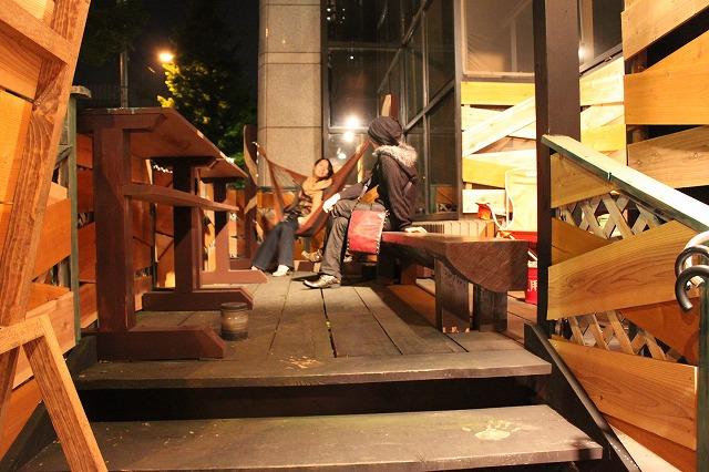 中野、「清貧」の店外スペース