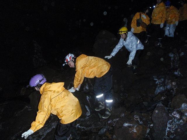 そうだ、富士樹海で洞窟探検しよう-洞窟洞窟!