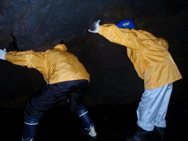 そうだ、富士樹海で洞窟探検しよう-かがむよ!