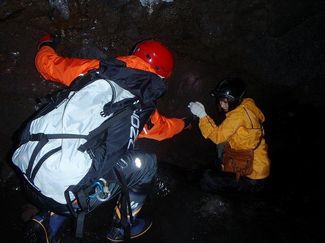 そうだ、富士樹海で洞窟探検しよう-そりゃそうだ