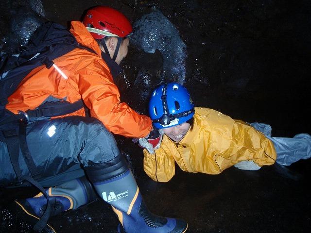 そうだ、富士樹海で洞窟探検しよう-ファイトイッパツ!