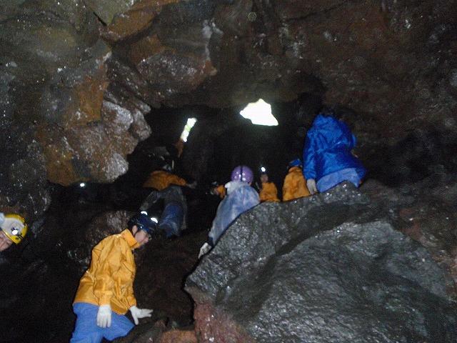 そうだ、富士樹海で洞窟探検しよう-光じゃあ!