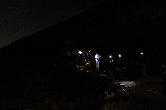 そうだ、富士山を登ろう-わかりづらいけど、団体さんの写真
